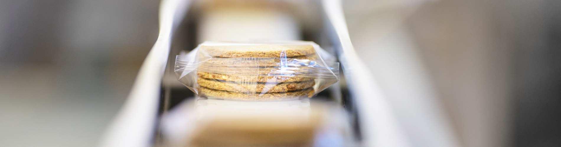 Conveyor belt with crackers.